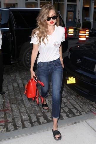 Entscheiden Sie sich für Komfort in einem weißen bedruckten t-shirt mit einem v-ausschnitt und einem roten leder rucksack von Michael Kors. Ergänzen Sie Ihr Look mit schwarzen flachen sandalen aus leder.