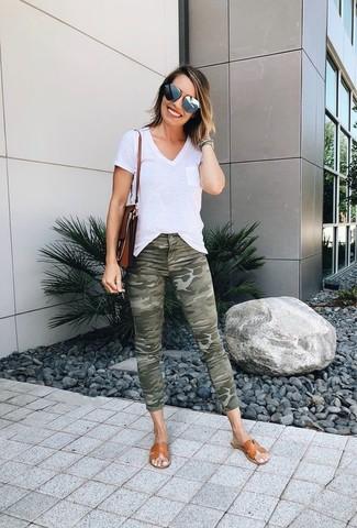 Graue Sonnenbrille kombinieren: trends 2020: Probieren Sie die Paarung aus einem weißen T-Shirt mit einem V-Ausschnitt und einer grauen Sonnenbrille - mehr brauchen Sie nicht, um einen perfekten super entspannten Alltags-Look zu erreichen. Beige flache Sandalen aus Leder sind eine ideale Wahl, um dieses Outfit zu vervollständigen.