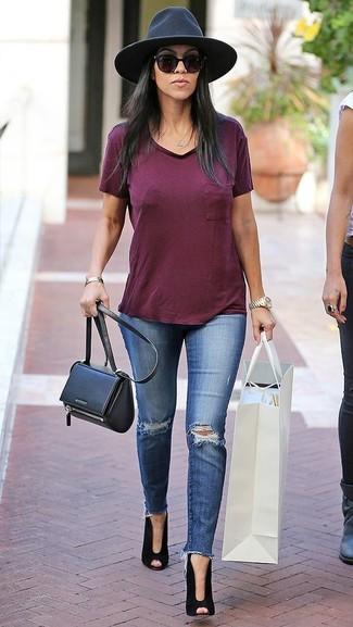 Wie kombinieren: dunkelrotes T-Shirt mit einem V-Ausschnitt, blaue enge Jeans mit Destroyed-Effekten, schwarze Wildleder Stiefeletten mit Ausschnitten, schwarze Leder Umhängetasche