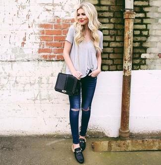 Schwarze Leder Slipper kombinieren – 28 Damen Outfits heiß Wetter: Paaren Sie ein graues T-Shirt mit einem V-Ausschnitt mit dunkelblauen engen Jeans mit Destroyed-Effekten, umeinen lässigen Look zu erzielen, der in der Garderobe der Frau nicht fehlen darf. Fügen Sie schwarzen Leder Slipper für ein unmittelbares Style-Upgrade zu Ihrem Look hinzu.