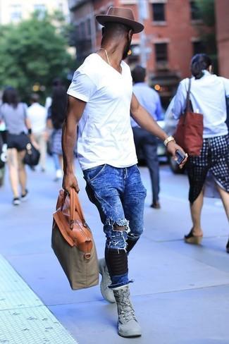 Wie kombinieren: weißes T-Shirt mit einem V-Ausschnitt, blaue Jeans mit Destroyed-Effekten, graue hohe Sneakers, olivgrüne Shopper Tasche aus Segeltuch