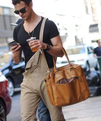 Wie kombinieren: schwarzes T-Shirt mit einem V-Ausschnitt, beige Jeans Latzhose, braune Shopper Tasche aus Leder, schwarze Sonnenbrille