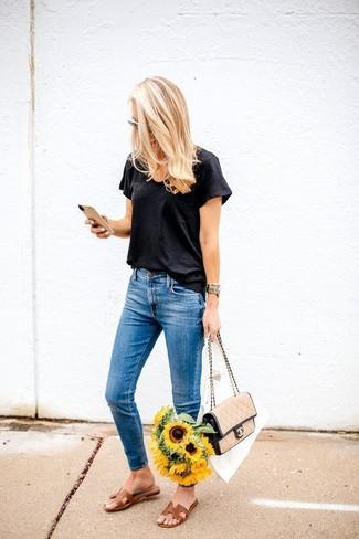 Wie kombinieren: schwarzes T-Shirt mit einem V-Ausschnitt, blaue enge Jeans, braune flache Sandalen aus Leder, beige Satchel-Tasche aus Leder