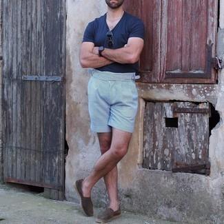 Shorts kombinieren – 1200+ Herren Outfits: Erwägen Sie das Tragen von einem dunkelblauen T-Shirt mit einem V-Ausschnitt und Shorts, um mühelos alles zu meistern, was auch immer der Tag bringen mag. Wählen Sie dunkelbraunen Wildleder Espadrilles, um Ihr Modebewusstsein zu zeigen.