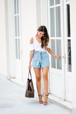 Welche Shorts mit weißen T-Shirts mit einem V-Ausschnitt zu tragen – 26 Damen Outfits: Ein weißes T-Shirt mit einem V-Ausschnitt und Shorts sind sehr gut geeignet, um ein interessantes Casual-Outfit zu erzielen. Braune Leder Sandaletten sind eine gute Wahl, um dieses Outfit zu vervollständigen.
