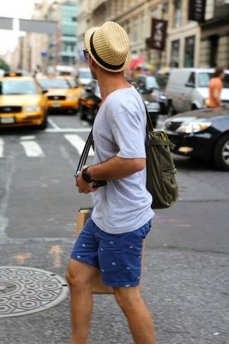 Wie kombinieren: graues T-Shirt mit einem V-Ausschnitt, blaue bedruckte Shorts, olivgrüne Shopper Tasche aus Segeltuch, beige Strohhut