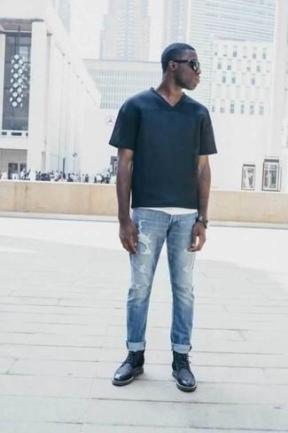 Dunkelblaue Lederfreizeitstiefel kombinieren: trends 2020: Vereinigen Sie ein dunkelblaues T-Shirt mit einem V-Ausschnitt mit hellblauen Jeans mit Destroyed-Effekten für einen entspannten Wochenend-Look. Entscheiden Sie sich für eine dunkelblaue Lederfreizeitstiefel, um Ihr Modebewusstsein zu zeigen.