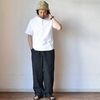Weißes T-shirt mit einer Knopfleiste kombinieren: trends 2020: Kombinieren Sie ein weißes T-shirt mit einer Knopfleiste mit einer schwarzen Chinohose für ein sonntägliches Mittagessen mit Freunden. Fühlen Sie sich ideenreich? Komplettieren Sie Ihr Outfit mit dunkelbraunen Ledersandalen.