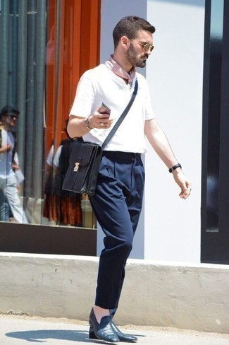 Weißes T-shirt mit einer Knopfleiste kombinieren: trends 2020: Erwägen Sie das Tragen von einem weißen T-shirt mit einer Knopfleiste und einer dunkelblauen Chinohose, um einen lockeren, aber dennoch stylischen Look zu erhalten. Dunkelblaue Leder Slipper bringen klassische Ästhetik zum Ensemble.