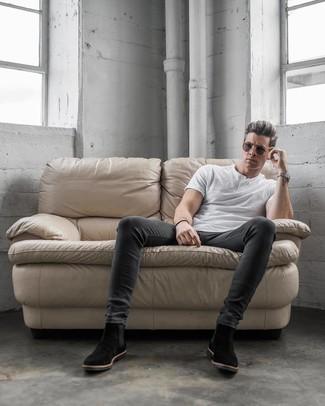 Wie kombinieren: weißes T-shirt mit einer Knopfleiste, dunkelgraue enge Jeans, schwarze Chelsea-Stiefel aus Wildleder, dunkelbraune Sonnenbrille