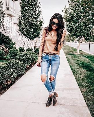 Wie kombinieren: beige T-shirt mit einer Knopfleiste, blaue enge Jeans mit Destroyed-Effekten, dunkelbraune beschlagene Wildleder Stiefeletten, rote Leder Umhängetasche