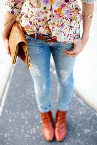 Wie kombinieren: weißes T-shirt mit einer Knopfleiste mit Blumenmuster, hellblaue enge Jeans mit Destroyed-Effekten, rotbraune Leder Stiefeletten, beige Leder Clutch