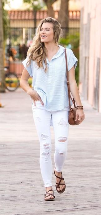 Wie kombinieren: hellblaues horizontal gestreiftes T-shirt mit einer Knopfleiste, weiße enge Jeans mit Destroyed-Effekten, dunkelbraune Leder Zehentrenner, braune Leder Umhängetasche