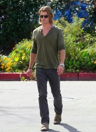 Wie kombinieren: olivgrünes T-shirt mit einer Knopfleiste, dunkelgraue Jeans, olivgrüne Segeltuch niedrige Sneakers, schwarze Sonnenbrille