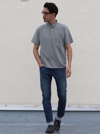 Graues T-shirt mit einer Knopfleiste kombinieren – 49 Herren Outfits: Entscheiden Sie sich für ein graues T-shirt mit einer Knopfleiste und dunkelblauen Jeans, um einen lockeren, aber dennoch stylischen Look zu erhalten. Fühlen Sie sich mutig? Entscheiden Sie sich für schwarzen Leder Oxford Schuhe.
