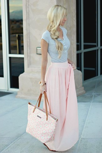 Dunkelbraune flache Sandalen aus Leder kombinieren: trends 2020: Die Paarung aus einem grauen T-shirt mit einer Knopfleiste und einem rosa Maxirock mit Falten sieht so locker und harmonisch aus. Fühlen Sie sich ideenreich? Wählen Sie dunkelbraunen flache Sandalen aus Leder.