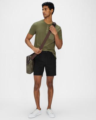 Weiße und grüne Leder niedrige Sneakers kombinieren – 108 Herren Outfits: Kombinieren Sie ein olivgrünes T-shirt mit einer Knopfleiste mit schwarzen Shorts für ein bequemes Outfit, das außerdem gut zusammen passt. Weiße und grüne Leder niedrige Sneakers fügen sich nahtlos in einer Vielzahl von Outfits ein.