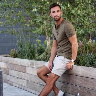 Wie kombinieren: olivgrünes T-shirt mit einer Knopfleiste, weiße Shorts, weiße Segeltuch niedrige Sneakers, dunkelbraune Lederuhr