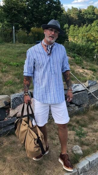 Wie kombinieren: hellblaues vertikal gestreiftes T-shirt mit einer Knopfleiste, weiße Shorts, dunkelbraune Leder Brogues, hellbeige Segeltuch Reisetasche