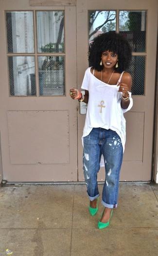 Ein weißes T-Shirt mit einem Rundhalsausschnitt und blaue Boyfriend Jeans mit Destroyed-Effekten sind eine perfekte Wochenend-Kombination. Putzen Sie Ihr Outfit mit grünen Leder Pumps.
