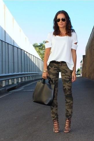Entscheiden Sie sich für ein weißes T-Shirt mit einem Rundhalsausschnitt mit Ausschnitten und olivgrünen Camouflage enge Jeans für ein bequemes Outfit, das außerdem gut zusammen passt. Warum kombinieren Sie Ihr Outfit für einen legereren Auftritt nicht mal mit schwarzen Römersandalen aus Leder?