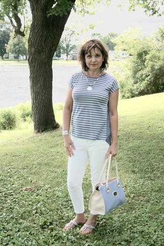 Graues horizontal gestreiftes T-Shirt mit Rundhalsausschnitt, Weiße Enge Jeans, Silberne Zehentrenner, Hellblaue Shopper Tasche aus Leder für Damen
