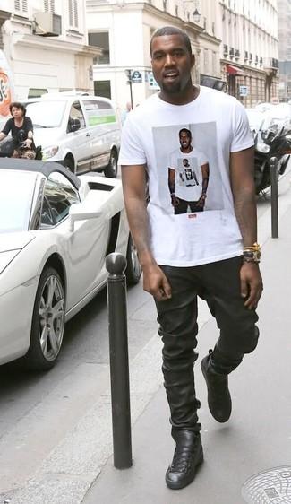 Kanye West trägt Weißes bedrucktes T-Shirt mit Rundhalsausschnitt, Schwarze Jogginghose aus Leder, Schwarze Hohe Sneakers aus Leder, Schwarze Lederuhr