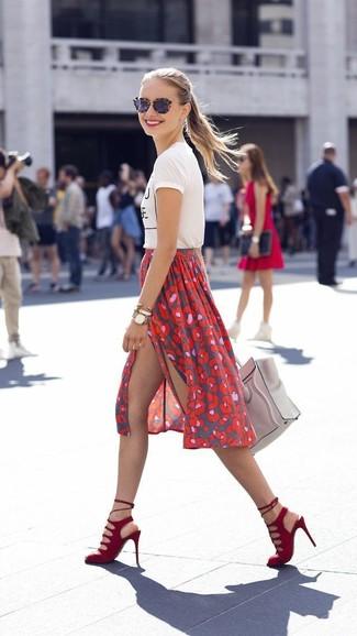 Paaren Sie ein weißes und schwarzes bedrucktes T-Shirt mit einem Rundhalsausschnitt mit einem roten bedruckten Midirock, um mühelos alles zu meistern, was auch immer der Tag bringen mag. Rote Wildleder Sandaletten sind eine einfache Möglichkeit, Ihren Look aufzuwerten.