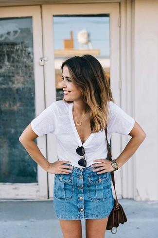 Für ein bequemes Couch-Outfit, erwägen Sie das Tragen von einem Weißen T-Shirt mit Rundhalsausschnitt und einem Blauen Jeansrock mit knöpfen.