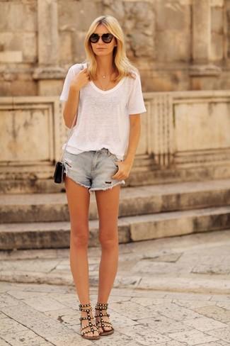 Diese Kombination aus einem weißen T-Shirt mit Rundhalsausschnitt und hellblauen Jeansshorts mit Destroyed-Effekten fällt genau aus den richtigen Gründen auf. Machen Sie diese Aufmachung leger mit schwarzen Römersandalen aus Leder.