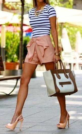 Arbeitsreiche Tage verlangen nach einem einfachen, aber dennoch stylischen Outfit, wie zum Beispiel ein weißes und schwarzes horizontal gestreiftes T-Shirt mit einem Rundhalsausschnitt und rosa Shorts. Hellbeige Leder Sandaletten bringen klassische Ästhetik zum Ensemble.