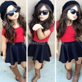 Wie kombinieren: rotes T-shirt, schwarzer Rock, braune Stiefel, schwarze Mütze