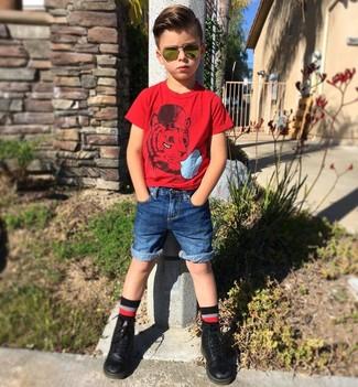 Wie kombinieren: rotes T-shirt, blaue Jeansshorts, schwarze Stiefel, schwarze Socke