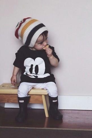 Wie kombinieren: schwarzes T-shirt, weiße Jogginghose, schwarze Gummistiefel, weiße Mütze