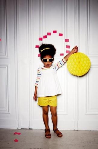 Wie kombinieren: mehrfarbiges horizontal gestreiftes T-shirt, weißes Trägershirt, gelbe Shorts, dunkelbraune Sandalen