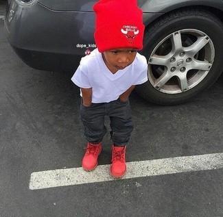 Wie kombinieren: weißes T-shirt, dunkelgraue Jeans, rote Stiefel, rote Mütze