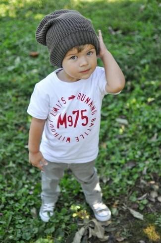 Wie kombinieren: weißes T-shirt, graue Jeans, graue Turnschuhe, graue Mütze