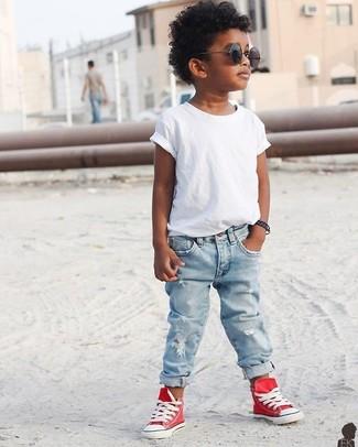 Wie kombinieren: weißes T-shirt, hellblaue Jeans, rote Turnschuhe, schwarze Sonnenbrille