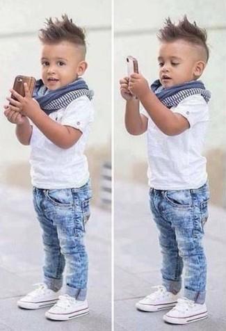 Wie kombinieren: weißes T-shirt, hellblaue Jeans, weiße Turnschuhe, blauer Schal