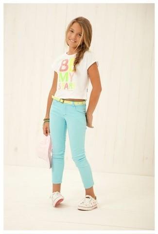 Wie kombinieren: weißes bedrucktes T-shirt, mintgrüne Jeans, weiße Turnschuhe, grünes Armband