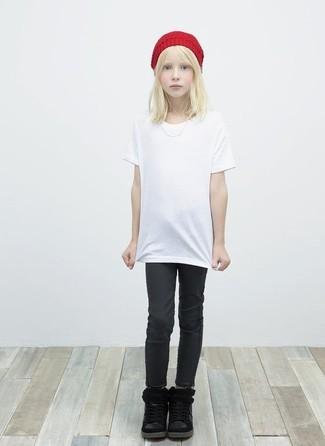 Wie kombinieren: weißes T-shirt, schwarze Jeans, schwarze Stiefel, rote Mütze