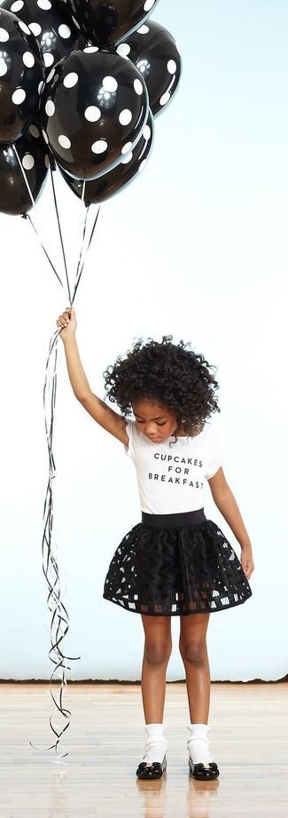 Wie kombinieren: weißes T-shirt, schwarzer Rock, schwarze Ballerinas, weiße Socke