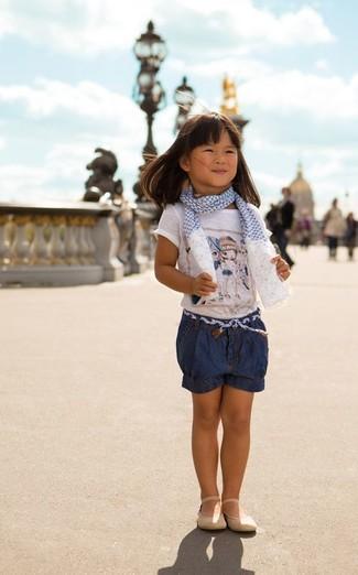 Wie kombinieren: weißes bedrucktes T-shirt, dunkelblaue Jeansshorts, hellbeige Ballerinas, weißer und blauer Schal