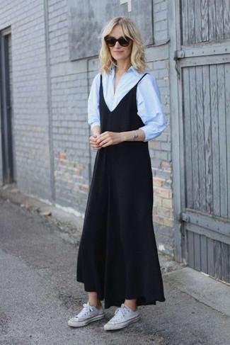 40 Jährige: Outfits Damen 2020: Mit dieser Kombi aus einem schwarzen Trägerkleid und einem hellblauen Businesshemd werden Sie die ideale Balance zwischen Funktion und Look treffen. Fühlen Sie sich ideenreich? Komplettieren Sie Ihr Outfit mit weißen segeltuch niedrigen sneakers.