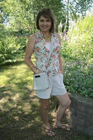 weißes Trägershirt, mintgrünes ärmelloses Hemd mit Blumenmuster, weiße Leinen Shorts, braune Leder Zehentrenner für Damen