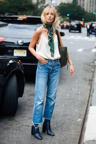Wie kombinieren: weißes Trägershirt, blaue Boyfriend Jeans, schwarze Leder Stiefeletten, olivgrüne Shopper Tasche aus Leder