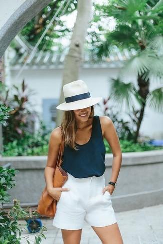 Wie kombinieren: dunkelblaues Trägershirt, weiße Shorts, beige Shopper Tasche aus Leder, weißer Strohhut