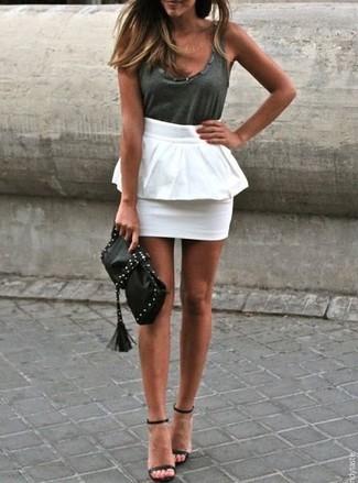 Dunkelgraues Trägershirt kombinieren: Vereinigen Sie ein dunkelgraues Trägershirt mit einem weißen Schößchen-Rock, um ein frischen Alltags-Outfit zu schaffen. Schwarze Leder Sandaletten sind eine großartige Wahl, um dieses Outfit zu vervollständigen.