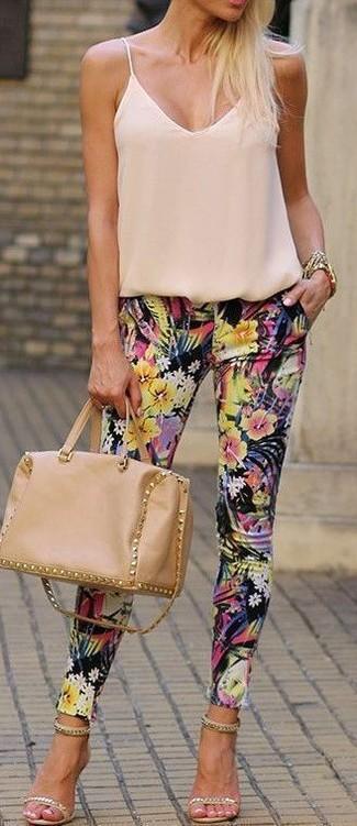 Wie kombinieren: hellbeige Seide Trägershirt, schwarze enge Hose mit Blumenmuster, hellbeige verzierte Wildleder Sandaletten, beige Satchel-Tasche aus Leder