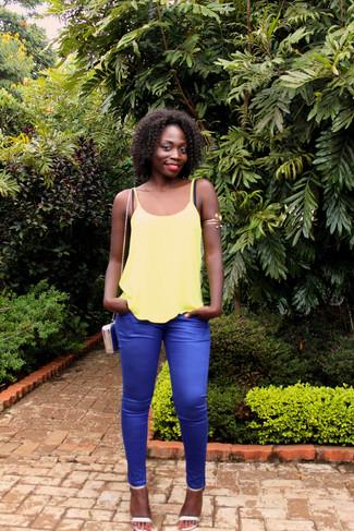 Wie kombinieren: gelbes Trägershirt, blaue enge Hose, silberne Leder Sandaletten, blaue Leder Umhängetasche